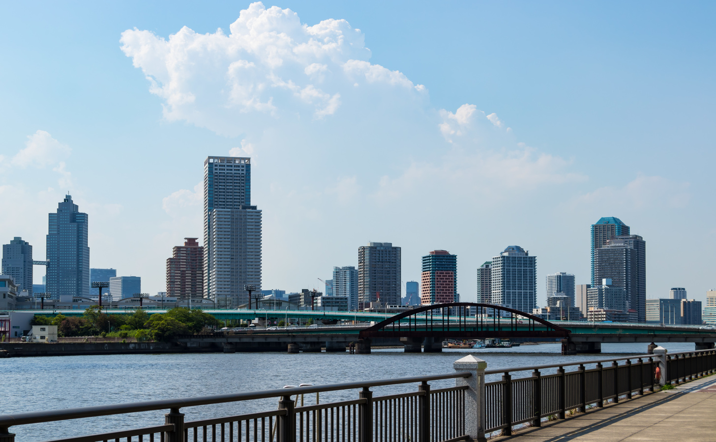 Photographing the scenery around Toyosu canal from the promenade along the river